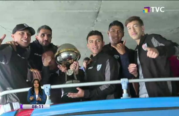 Jugadores de Independiente festejan Sudamericana con los hinchas