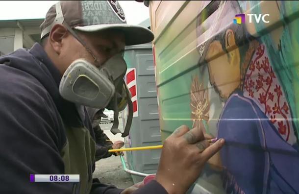 Jóvenes pintan contenedores de basura en Chimbacalle