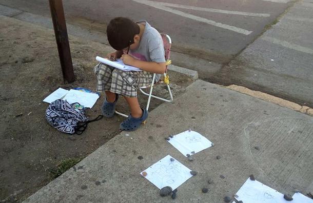 Niño vende sus dibujos para comprar los cuadernos que necesita para el colegio